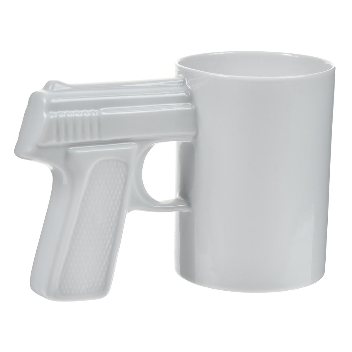 """Оригинальная кружка """"Пистолет"""" выполнена из керамики. Ручка кружки выполнена в виде рукоятки пистолета. Такая кружка станет не только приятным, но и практичным сувениром, а оригинальный дизайн вызовет улыбку. Характеристики:  Материал:  керамика. Высота кружки:  10,2 см. Диаметр по верхнему краю: 7,5 см. Размер упаковки:  12,5 см х 9 см х 15,3 см. Артикул: 003429."""