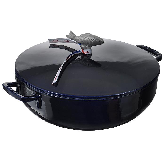 Сотейник чугунный Zwilling Staub, цвет: темно-синий, 4,65 л. Диаметр 28 см1112991Сотейник Zwilling Staub выполнен из чугуна с внутренним эмалевым покрытием черного и внешним эмалевым покрытием темно-синего цвета.Эмалированный чугун представляет собой сплав железа, насыщенный углеродом и покрытый эмалью на основе стекла. Это один из материалов, который лучше всего сохраняют тепло, медленно его проводит и равномерно распределяет. Эмалированная посуда так же хорошо сохраняет и холод, для этого достаточно поставить блюдо в холодильник перед его подачей на стол.Внутри кастрюля покрыта эмалью матово-черного цвета. Эта высшего качества эмаль позволяет обеспечить лучшее сопротивление перепадам температуры и образованию царапин, а также облегчает уход за посудой. Эмалевое покрытие обладает идеальными качествами для запекания, жарки и карамелизования пищевых продуктов.Сотейник оснащен удобной крышкой с шипами Picots. Это эксклюзивное инновационное решение позволяет каплям конденсата равномерно орошать готовящееся блюдо. Мясо остается таким же нежным, а овощи - мягкими. Латунная ручка в виде рыбки позволяет использовать кастрюлю в духовом шкафу до 250°С. Подходит для использования на всех типах плит (газовые, электрические, галогенные, стеклокерамические, индукционные). Можно использовать в духовом шкафу и мыть в посудомоечной машине.Перед первым использованием вымыть горячей водой, высушить на слабом огне, затем смазать растительным маслом изнутри. Погреть несколько минут на слабом огне и вытереть избыток масла. Мыть жидким моющим средством, без применения абразивных веществ и металлических губок. При падении на твердую поверхность посуда может треснуть или разбиться. Металлические кухонные принадлежности могут повредить посуду. Чтобы не обжечься, пользуйтесь прихватками. Характеристики:Материал: чугун, латунь. Цвет: темно-синий. Объем: 4,65 л. Диаметр сотейника: 28 см. Высота стенки: 10 см. Толщина стенки: 0,3 см. Толщина дна: 0,6 см. Размер упаковки: 33 см х 30,5 см х 12 см