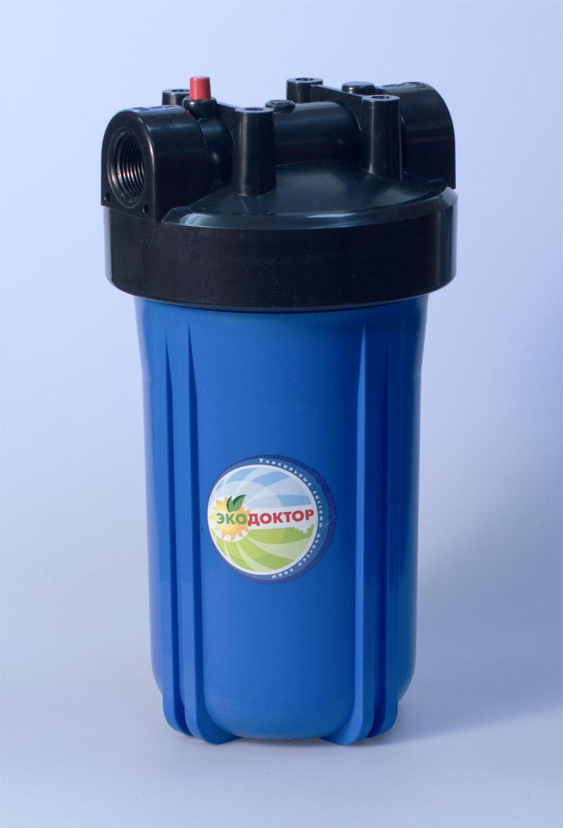 Фильтр для воды ЭкоДоктор 1С10ВВ, 1111103Фильтр ЭкоДоктор предназначен для тонкой очистки воды от механических частиц, удаления песка, ржавчины и улучшения показателей мутности и цветности воды. Он имеет увеличенный ресурс и степень очистки. Собран из импортных высококачественных комплектующих. Колба имеет синий корпус из прочного пластика и одинарное уплотнительное кольцо. В комплект фильтра входят колба, картридж, кронштейн для крепления на стену, ключ для замены картриджей, инструкция по эксплуатации.Характеристики: Стандарт: 10 BB. Высота корпуса 36 см. Подключение: 1. Рабочее давление воды: до 8 Атм. Температура воды на входе: 2-45°С. Размер упаковки: 19,5 см х 19,5 см х 36 см. Артикул: 111103.