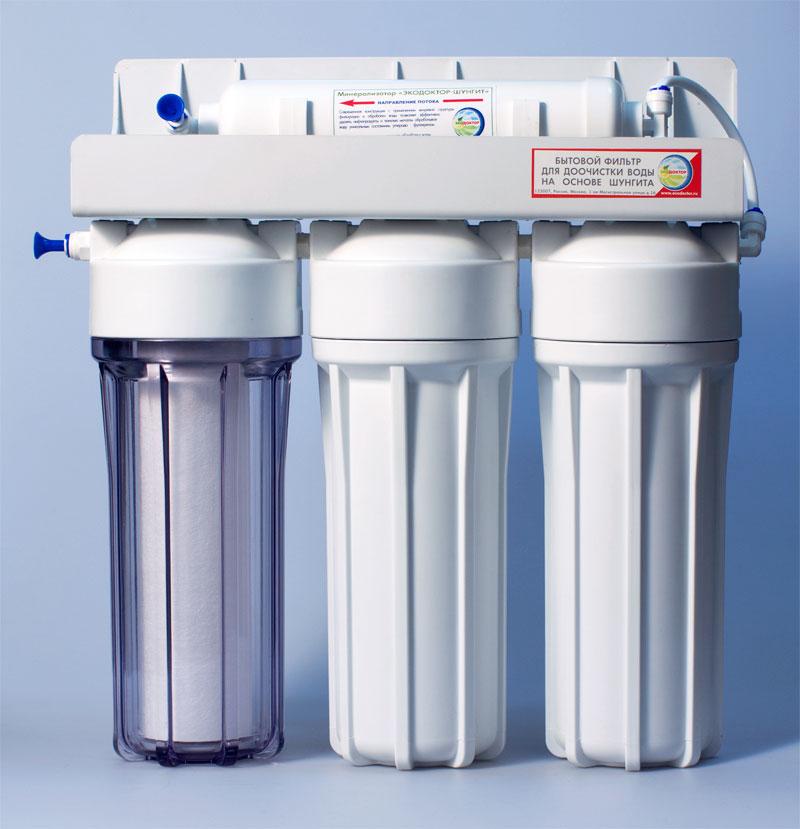 Фильтр для воды ЭкоДоктор Стандарт-3240701ЭкоДоктор Стандарт-3- система очистки воды под кухонную мойку. Устраняет механические загрязнения (ржавчину, песок, примеси), органические загрязнения, хлор, умягчает воду, заменяя ионы кальция и магния на ионы натрия, улучшает вкус и удаляет запах воды.В зависимости от вида загрязнений возможно использование комбинаций механических, специализированных и угольных картриджей. Система проточная, поэтому очищенная вода сразу же выводится на дополнительный кран, входящий в комплект фильтра. Напор очищенной воды не требует накопительных емкостей, что значительно сэкономит место под раковиной. В комплект входят соединительные элементы, краник и ключ. Характеристики: Размер корпусов: 10 Slim Line. Тип подсоединения: John Guest. Температура воды на входе: от 2°С до40°С. Рабочее давление: от 0,05 до 0,6 Мпа (от 0,5 до 6 атм). Скорость фильтрации:: 2 л/мин. Размер упаковки: 44 см х 17 см х 41 см.