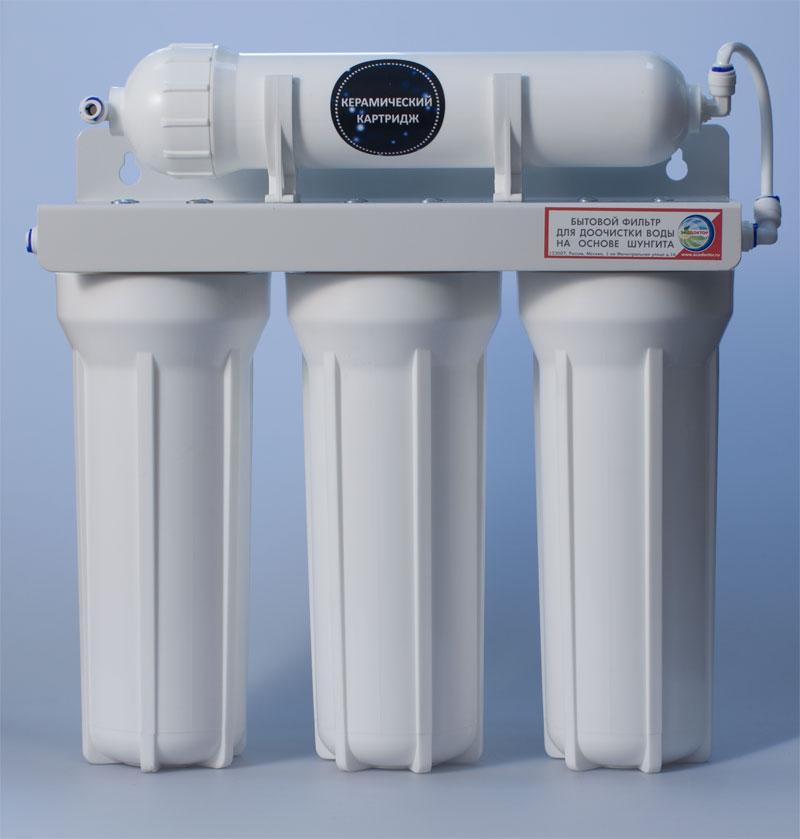 Фильтр для воды ЭкоДоктор Эконом-3 (плюс)240804Экодоктор Эконом-3 (плюс) - система очистки воды под кухонную мойку. Устраняет механические загрязнения (ржавчину, песок, примеси), органические загрязнения, хлор, некоторые бактерии и вирусы более 0,3 микрона. Умягчает воду, заменяя ионы кальция и магния на ионы натрия, улучшает вкус и удаляет запах воды. В зависимости от вида загрязнений возможно использование комбинаций механических, специализированных и угольных картриджей. Система проточная, поэтому очищенная вода сразу же выводится на дополнительный кран, входящий в комплект фильтра. Напор очищенной воды не требует накопительных емкостей, что значительно сэкономит место под раковиной. В комплект входят соединительные элементы, краник и ключ. Колбы матовые из высококачественного полипропилена, произведены в России.Характеристики: Размер корпусов: 10 Slim Line. Тип подсоединения: John Guest. Температура воды на входе: от 2°С до40°С. Рабочее давление: от 0,05 до 0,6 Мпа (от 0,5 до 6 атм). Скорость фильтрации:: 2 л/мин. Размер упаковки: 43 см х 15,5 см х 54 см.
