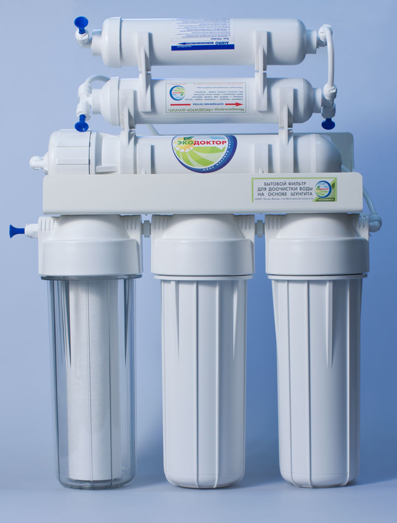 """Система обратного осмоса Экодоктор """"Стандарт 6"""" - шестиступенчатая система с минерализатором, состоящая из   трех ступеней предварительной очистки, мембраны обратного осмоса, минерализатора с шунгитом и   минерализатора который обогащает воду необходимыми человеческому организму минералами и   микроэлементами. Система устраняет нерастворенные в воде загрязнения механического типа, такие как:   ржавчина, песок и т.п. Мембрана осмотическая удаляет до 96-99% органических примесей, хлора, бактерий и   вирусов содержащихся в воде. Минерализатор  с шунгитом ускоряет дезактивацию и разрушение содержащихся в   воде вредных для организма человека органических соединений (фенолов, смол, кислот,  спиртов, гуминовых   веществ, газов и др.). Шунгитовая вода характеризуется высокой чистотой, богатым минеральным составом,   необычной молекулярной структурой, оказывает оздоравливающее и омолаживающее действие на все системы   человеческого организма.  Под действием давления на поверхности мембраны происходит разделение потока   воды, при этом все нежелательные примеси попадают в канализацию. Очищенная вода хранится в баке под   давлением, откуда поступает в кран на кухонной мойке. Идеально подходит для очистки воды в квартире и   коттедже, где необходима вода наивысшего качества. В системе обратного осмоса Экодоктор """"Стандарт 6"""" стоит осмотическая мембрана бытового назначения, которая   убирает все возможные вирусы и микробы. Фильтр предназначен для доочистки водопроводной воды.В системе обратного осмоса Экодоктор """"Стандарт 6"""" по сравнению с системой """"Стандарт 5"""" - на одну ступень   очистки больше, добавлен минераплизатор.   Характеристики: Размер корпусов: 10"""" Slim Line. Тип подсоединения: John Guest. Температура воды на входе: от 2°С до  45°С. Объем накопительного бака:: 12 л. Скорость фильтрации:: 283 л/сутки. Размер упаковки: 40 см х 43 см х 44 см."""