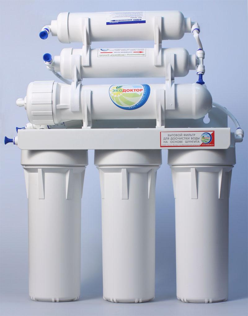 Система обратного осмоса ЭкоДоктор Эконом-6360801Система обратного осмоса Экодоктор Эконом 6 - шестиступенчатая система с минерализатором, состоящая из трех ступеней предварительной очистки, мембраны обратного осмоса, минерализатора с шунгитом и минерализатора который обогащает воду необходимыми человеческому организму минералами и микроэлементами. Система устраняет нерастворенные в воде загрязнения механического типа, такие как: ржавчина, песок и т.п. Мембрана осмотическая удаляет до 96-99% органических примесей, хлора, бактерий и вирусов содержащихся в воде. Минерализаторс шунгитом ускоряет дезактивацию и разрушение содержащихся в воде вредных для организма человека органических соединений (фенолов, смол, кислот,спиртов, гуминовых веществ, газов и др.). Шунгитовая вода характеризуется высокой чистотой, богатым минеральным составом, необычной молекулярной структурой, оказывает оздоравливающее и омолаживающее действие на все системы человеческого организма. Под действием давления на поверхности мембраны происходит разделение потока воды, при этом все нежелательные примеси попадают в канализацию. Очищенная вода хранится в баке под давлением, откуда поступает в кран на кухонной мойке. Идеально подходит для очистки воды в квартире и коттедже, где необходима вода наивысшего качества. Технические данные: Размер корпусов 10 Slim Line Тип подсоединения к водопроводу John Guest Размер (высота х ширина х длина)400 х 140 х 390 Размер резьбы присоединения 1/2 Тип краника FXFCH 4 Тип накопительного бака (15л/3,96 галл) Максимальное рабочее давление 6 бар Рабочая температура 2-45 С Производительность 189 л/сутки Тип картриджей: Д-810 5м Д-510 Д-810 20м TFC75 ЭКО-М33 AIMRO Характеристики: Размер корпусов: 10 Slim Line. Тип подсоединения: John Guest. Температура воды на входе: от 2°С до45С°. Скорость фильтрации:: 189 л/сутки. Размер упаковки: 40 см х 43 см х 44 см.