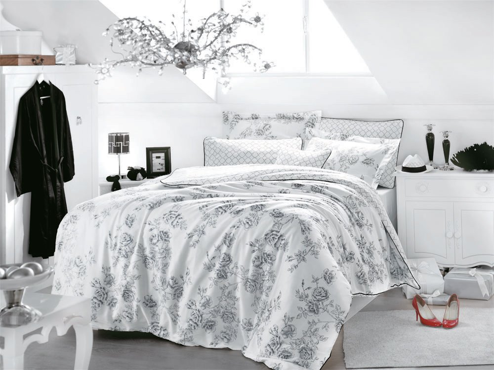 Комплект белья Rose Art (семейный КПБ, сатин, 4 наволочки 50х70), цвет: бело-черныйRose ArtКомплект постельного белья Rose Art, изготовленный из сатина высокого качества, поможет вам расслабиться и подарит спокойный сон. Комплект состоит из двух пододеяльников, простыни и четырех наволочек. Черные розы, как будто грифелем нарисованные на белом фоне, ажурные узоры и декоративная отстрочка делают комплект невероятно изысканным и очаровательным. Все белье Issimo - это образец качества. Ровные швы, качественный хлопок, четкие рисунки на тканях, которые не полиняют и не потеряют яркости долгое время - все это говорит о строгом отношении производителя к своей продукции. Белье сшито из сатина - блестящей и плотной ткани, которая изготавливается из крученой хлопковой нити двойного плетения, что придает ей яркость и блеск. Своими свойствами он схож с шелком и кашемиром. Сатин из египетского хлопка отличает от остальных отсутствие линта (хлопкового пуха), поэтому со временем белье не обрастает катышками! Это белье выдерживает более 300 стирок, не теряя своей первоначальной прелести и не тускнея, и его практически не нужно гладить! Благодаря такому комплекту постельного белья вы сможете создать атмосферу роскоши и романтики в вашей спальне. Характеристики:Цвет: бело-черный. Материал:поверхностная плотность- 200ТС состав: сатин 100%хлопокметод нанесения рисунка: ротационный принт, гладкоокрашенная ткань нить: 40/1 Penye (Combed) Размер: Двуспальный семейный. Размер упаковки: 52 см х 33 см х 8 см. В комплект входят: Пододеяльник - 2 шт. Размер: 160 см х 220 см. Простыня - 1 шт. Размер: 260 см х 270 см. Наволочка - 4 шт. Размер: 50 см х 70 см.