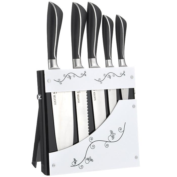 """Набор """"Mayer & Boch"""" состоит из 5 кованых ножей и подставки. Лезвия ножей выполнены из высококачественной нержавеющей стали.  Рукоятки ножей, выполненные из стали и пластика черного цвета, обеспечивают комфортный и легко контролируемый захват. Ножи прекрасно подходят для ежедневной резки фруктов, овощей и мяса.  Компактная подставка выполнена из акрила черно-белого цвета и декорирована цветочными узорами.  В набор входят:  - Нож для очистки - маленький нож с коротким прямым лезвием. Им удобно снимать кожуру с любого фрукта и овоща.  - Нож универсальный - легкий и многофункциональный нож для резки небольших овощей и фруктов, колбасы, сыра, масла. Имеет неширокое лезвие, острие сцентрировано.  - Нож разделочный - нож с длинным, не широким, но достаточно толстым лезвием и со сцентрированным острием. Используется для разделки крупных овощей (капуста, свекла, кабачок) для нарезки больших кусков сырого и вареного мяса, разделки курицы, крупной рыбы. Им нарезают арбуз, дыню и т.п.  - Нож для хлеба - нож с зубчатой кромкой лезвия применяется для нарезки как свежих, так и черствых хлебобулочных изделий. При резке таким ножом мякиш изделия не нарушается. Нож применяется для резки рогаликов, булочек, бубликов и рулетов.  - Нож поварской - нож с толстым, широким и длинным лезвием с центральным острием. Все это позволяет легко рубить капусту, овощи, зелень, резать замороженное мясо, рыбу и птицу.    Этот набор включает все необходимое для каждодневного приготовления пищи. Стильный современный дизайн украсит интерьер вашей кухни. Характеристики:   Материал: нержавеющая сталь, пластик, акрил. Общая длина поварского ножа: 34 см. Длина лезвия поварского ножа: 20 см. Общая длина разделочного ножа: 34 см. Длина лезвия разделочного ножа: 20 см. Общая длина ножа для хлеба: 34 см. Длина лезвия ножа для хлеба: 20 см. Общая длина универсального ножа: 23 см. Длина лезвия универсального ножа: 12,5 см. Общая длина ножа для очистки: 20 см. Длина лезвия ножа для очистки: 9 см. Размер подставки """
