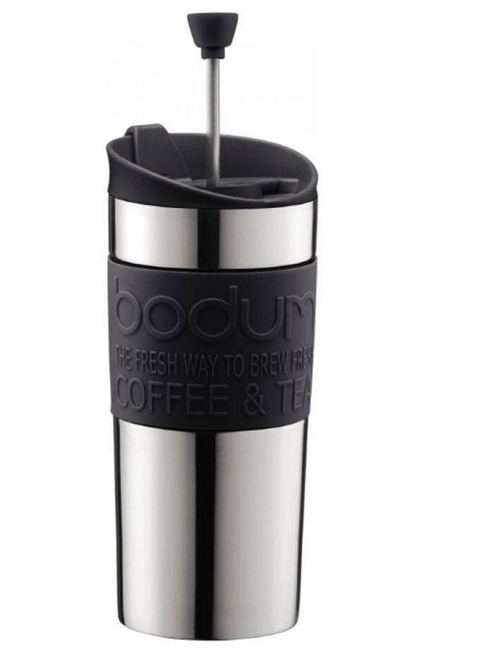 """""""Французский пресс"""" """"Travel"""", выполненный из двухслойной стали, что надолго сохраняет напиток горячим. Крышка же сконструирована так, чтобы из кофейника, как из кружки, можно было пить.   Засыпайте кофе внутрь кофейника, заливайте горячей водой и закрывайте крышку. Оставьте на несколько минут, а затем опустите поршень. Он отфильтрует кофейную гущу от самого напитка.  Кофейник пригодится вам на пикнике, в путешествии или в офисе. С ним приготовление вкуснейшего ароматного и крепкого кофе займет всего пару минут. Характеристики:  Материал: сталь, пластик, силикон. Цвет: черный. Объем: 0,35 л. Диаметр кофейника по верхнему краю: 8 см. Диаметр основания кофейника: 7,5 см. Высота кофейника (с учетом крышки): 17 см. Размер упаковки: 18 см х 8,5 см х 8 см. Изготовитель: Швейцария. Артикул: 11067-01."""