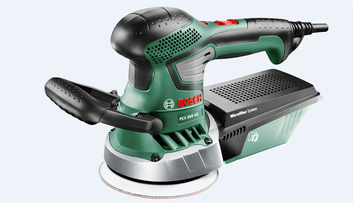 Шлифмашина Bosch PEX 400 AE (06033A4020)06033A4020Эксцентриковая шлифмашина Bosch PEX400AE на 1/4 компактнее, чем предыдущая модель. Эта модель входит в серию инструментов Expert от Bosch, которая рассчитана на опытных и требовательных домашних мастеров. Как и предыдущая модель PEX300AE, шлифмашина PEX400AE лучше сбалансирована по сравнению с другими моделями: рукоятки расположены в оптимальном положении с учетом центра тяжести инструмента. Таким образом PEX400AE исключительно легко управлять и вести по поверхности заготовки. Благодаря эргономичному дизайну с мягкими накладками обе шлифмашины удобно и надежно лежат в руке. Кроме того, крыльчатка вентилятора минимизирует возникающие вибрации. Это означает, что PEX400AE скользит мягче по поверхности заготовки, чем предыдущая модель.С двигателем 350Вт (номинальная потребляемая мощность) эксцентриковая шлифмашина Bosch PEX400AE является исключительно производительной эксцентриковой шлифмашиной для бытового использования. Диапазон частоты колебаний составляет 4000–21000об/мин. Ход эксцентрика — 2,5мм. При размерах 340 x 112 x 175мм (Д x Ш x В) инструмент весит 1,9кг. Таким образом, PEX400AE от Bosch отличают высокая компактность и практичность среди инструментов этого класса мощности. Это облегчает выполнение работ над головой и длительное шлифование и полирование поверхностей большой площади. Опорная тарелка диаметром 125мм крепится на липучке, поэтому ее очень легко заменять.К преимуществам PEX400AE от Bosch относится выбор числа оборотов. Это практично, прежде всего, при обработке ЛКП: если, например, пользователь устанавливает низкую частоту вращения, поверхность не нагревается и краска на заготовке не выгорает. Это позволяет выполнять стандартные работы, например, шлифовать старую мебель, дверные рамы и ступени лестниц или выполнять промежуточное шлифование лакокрасочных поверхностей — при этом шлифование происходит легко и без забивания абразива. Кроме того, Bosch оснастил PEX400AE пылесборником для минимизации пыл