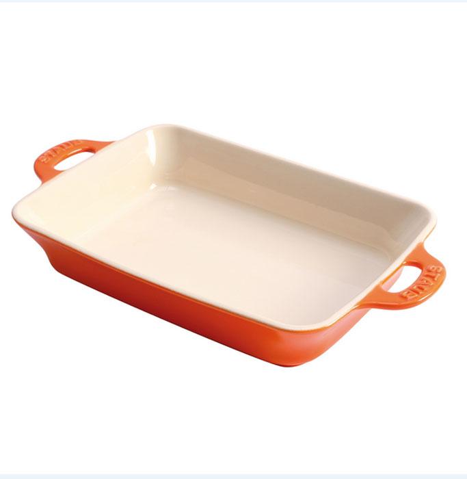 Форма для выпечки Staub, цвет: оранжевый, 27 х 20 см40511-147Форма для выпечки Staub изготовлена из глины, покрытой эмалью из стеклянного порошка. Износостойкая керамика обеспечивает равномерный нагрев противня и предотвращает деформацию. Экологичное антипригарное покрытие гарантирует мгновенное снятие приготовленного блюда с противня и его легкую очистку. Благодаря эргономичному дизайну ручек форму удобно держать даже в прихватках.Можно мыть в посудомоечной машине.