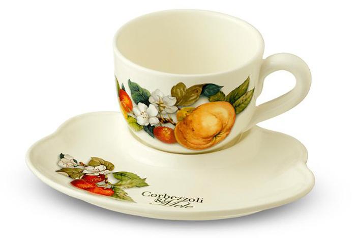 """Чайный набор Nuova Cer """"Итальянские фрукты"""" изготовлен из высококачественной керамики бежевого цвета и украшен изображением фруктов. Изысканный дизайн придает набору особый шарм, который понравится каждому. В набор входит: кружка и блюдце-поднос. Такой набор станет прекрасным подарком.  Характеристики: Материал: фарфор. Размер блюда-подноса: 23,5 см х 19,5 см х 2,5 см. Диаметр кружки по верхнему краю: 12 см. Диаметр основания кружки: 6,5 см. Высота кружки: 9 см. Объем кружки: 500 мл."""