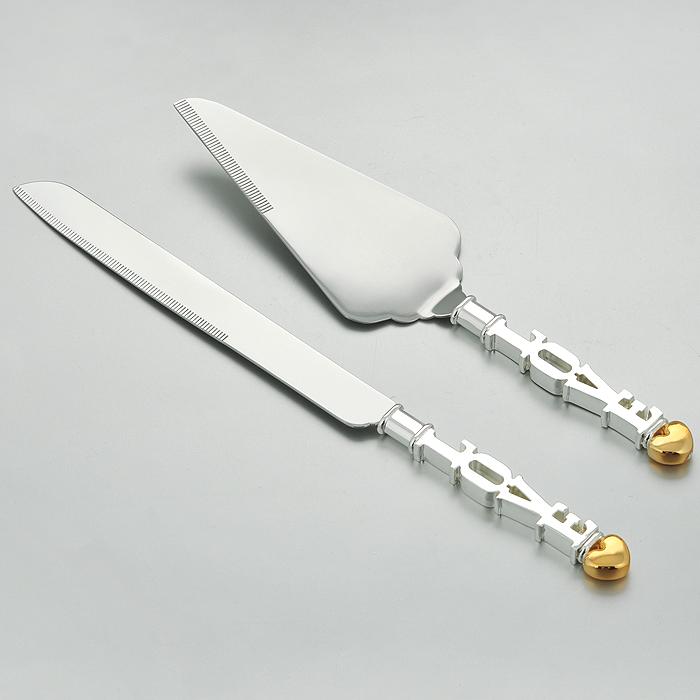 Набор сервировочный Marquis Love, 2 предмета. 7007-MR7007-MRСервировочный набор Marquis Love, выполненный из стали с серебряно-никелевым покрытием, состоит из лопатки для торта и ножа. Ручки набора оформлены оригинальным барельефом в виде букв LOVE и сердечка. Эксклюзивный дизайн, эстетичность и функциональность набора позволят ему занять достойное место среди кухонного инвентаря, а сервировка праздничного стола таким набором станет великолепным украшением любого торжества. Характеристики: Материал:сталь с серебряно-никелевым покрытием. Общая длина лопатки: 28 см. Общая длина ножа:33 см. Размер рабочей части лопатки: 16 см х 7 см. Длина режущей части ножа: 20,5 см. Размер упаковки:32,5 см х 7,5 см х 2,5 см. Артикул:7007-MR.
