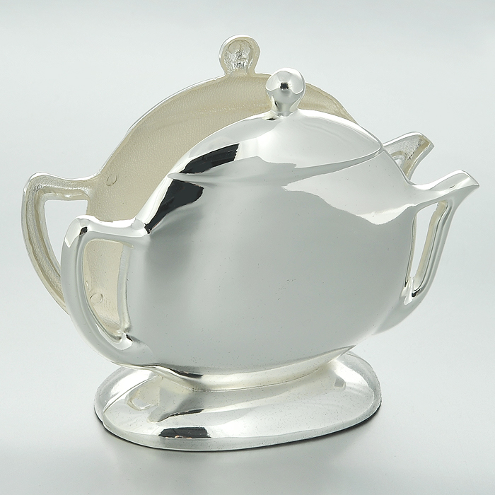 Салфетница Marquis Чайничек. 3046-MR3046-MRСалфетница Marquis Чайничек, выполненная из стали с серебряно-никелевым покрытием в форме чайничка.Дно салфетницы выполнено из черной бархатистой ткани, что не позволит ей скользить по поверхности. Лаконичность и изящество форм придают этой салфентице неповторимую изысканность.Эксклюзивный дизайн, эстетичность и функциональность делает ее незаменимой на любой кухне. Характеристики: Материал: сталь с серебряно-никелевым покрытием. Размер салфетницы: 13 см х 10 см х 4 см. Размер упаковки: 14,5 см х 6 см х 14,5 см. Артикул: 3046-MR.