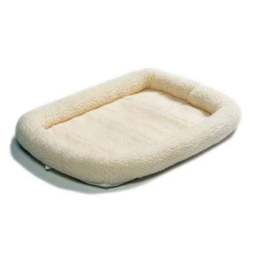 Лежанка для животных Midwest Quiet Time Natural, 58 см х 45 см40224Лежанка Midwest Quiet Time Natural, выполненная из ультрамягкой искусственной овчины, поддерживает температурный баланс вашего питомца и зимой и летом. Меховое покрытие позволяет лежанке выглядеть привлекательной даже в период линьки. Наполнитель выполнен из полиэстера, мягкая основа - из поликоттона. Лежанка идеальна для клеток, переносок, автомобилей. Легко складывается для хранения и перевозки.Изделие можно стирать в стиральной машине.
