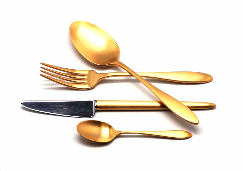 Набор столовых приборов Cutipol Van der Rohe Gold, цвет: золотой, матовый, 24 предмета. 92129212Набор столовых приборов Van Der Rohe Gold от компании Cutipol. Набор выполнен из сплава нержавеющей стали 18% хрома и 10% никеля спокрытием из золота 24 карата 0.7 микрон. Позолоченные матированные приборы подчеркнут ваш стиль и аристократический вкус. Толщинаприборов - 3.5 мм. Можно мыть в посудомоечной машине.Набор столовых приборов 24 предмета на 6 персон в подарочной коробке.- 6 столовых вилок- 6 столовых ложек- 6 чайных ложек- 6 столовых ножей