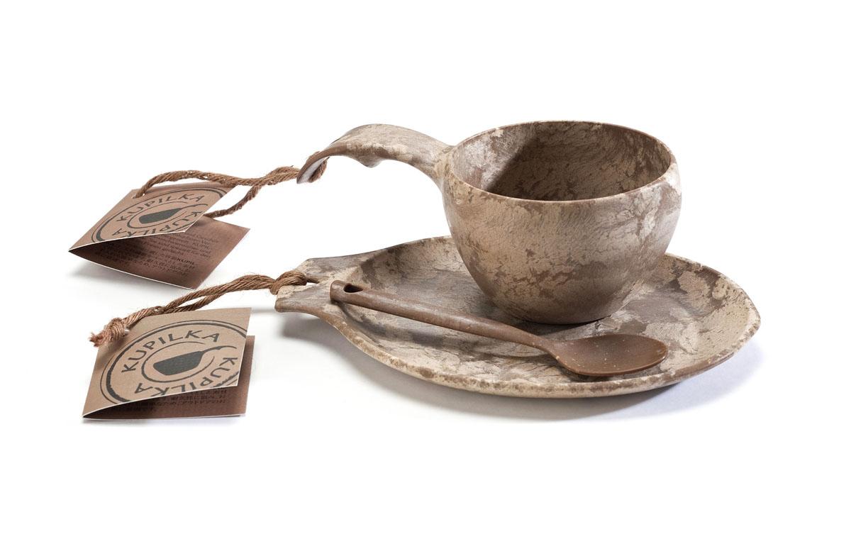 Набор посуды Kupilka Gift Box, цвет: коричневый, 3 предметаKUP GBНабор Kupilka Gift Box, изготовленный из биоматериала, состоит из миски, тарелки и ложки. Этот материал представляет собой термопластичный природный волокнистый композит, который состоит из 50% древесины (сосновое волокно) и 50% пластика.Набор понравится людям, ведущим активный образ жизни, заядлым туристам и экстремалам. Мини- набор всегда будет кстати в походе или на природе.Этот набор не требует большого ухода и не впитывает запахи, не чувствителен к влажности, его можно мыть в посудомоечной машине. Данная продукция позволит вам пообедать на воздухе, или просто украсит вашу кухню. Кроме того этот набор так же пригоден для вторичной переработки. В конце ее срока службы, продукт может быть измельчен и отлит заново. Все товары Kupilka обладают малым весом, высокой прочностью и отлично подходят для походных условий (достаточно промыть посуду теплой водой).Рекомендуемая температура для использования от -30 °C до +100 °C. Продукция Kupilka соответствует самым строгим европейским нормам для посуды. Объем чашки: 210 мл.
