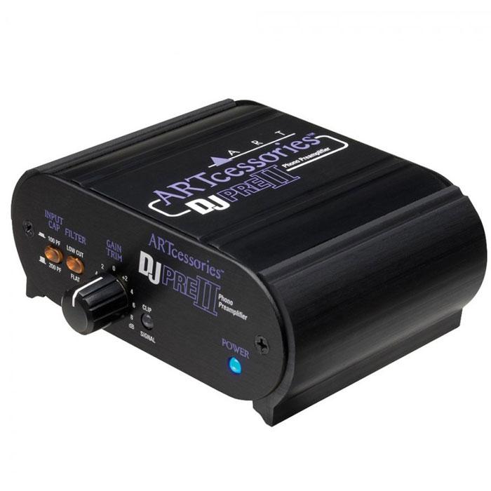 ART DEEJAYPRE II предусилительDEEJAYPRE IIКачественный предусилитель с фонокорректором ART DJPRE II создан для работы дома или в студии. Он служит интерфейсом между виниловым проигрывателем и звуковой записывающей/воспроизводящей аппаратурой. Емкость аналогового входного сигнала можно переключать между 100 пФ и 200 пФ для оптимизации чувствительности головки звукоснимателя. Переключаемый частотный фильтр удаляет шумы, создаваемые виниловым проигрывателем, оставляя на выходе чистый звук. Регулятор усиления на передней панели и светодиодный индикатор сигнал/отсечка позволяют подобрать необходимый уровень усиления для различных источников входного сигнала. Разъемы линейных выходов обладают малым сопротивлением и могут использоваться практически с любой звуковой картой. Помещенный в корпус из анодированного алюминия, ART DJPRE II может работать от различных источников питания.