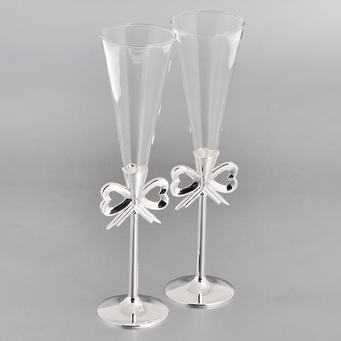 Набор бокалов Marquis, 2 шт. 7017-MR7017-MRНабор Marquis состоит из двух бокалов на высоких ножках. Бокалы выполнены из стекла. Изящные тонкие ножки, изготовленные из стали с серебряно-никелевым покрытием, оформлены перфорацией в виде бантика и украшены белыми стразами. Бокалы идеально подойдут для шампанского.Такой набор станет прекрасным дополнением романтического вечера. Изысканные изделия необычного оформления понравятся и ценителям классики, и тем, кто предпочитает утонченность и изысканность. Характеристики:Материал: сталь с серебряно-никелевым покрытием, стекло. Комплектация: 2 шт. Диаметр бокала (по верхнему краю): 6 см. Высота бокала: 24,5 см. Диаметр основания: 6 см. Размер упаковки: 16 см x 29,5 см x 9,5 см. Артикул: 7017-MR.