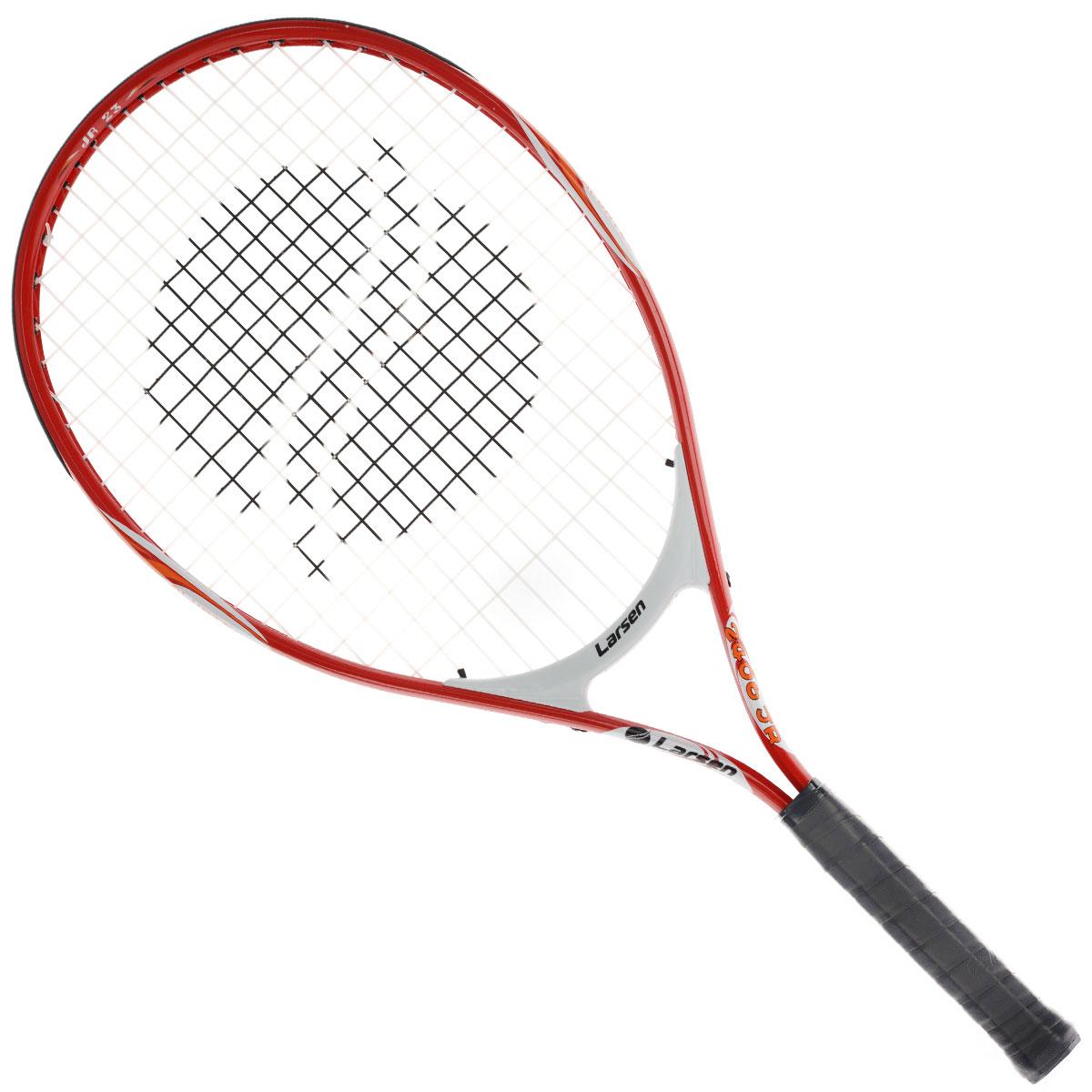 Ракетка для большого тенниса Larsen JR240652466Ракетка для большого тенниса Larsen JR2406 предназначена специально для начинающих игроков. Ручка ракетки отлично закрепляется в руке. Легкость материала обеспечивает быстрый размах ракеткой и хороший контроль мяча на поле. Игра с Larsen JR2406 доставит вам немало удовольствия. Характеристики: Материал: алюминий, графит. Вес: 235 г +/-5 г. Длина: 23. Баланс: 260 мм +/-7,5 мм. Рекомендуемое натяжение: 45-50 lbs/20-22 кг. Размер упаковки: 66 см х 28 см х 3 см.