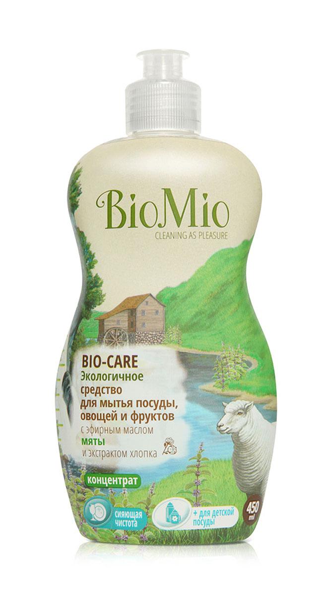 Средство для мытья посуды, овощей и фруктов BioMio, с эфирным маслом мяты, 450 млЭА-240Многофункциональное эффективное средство BioMio с мягким безопасным действием идеально подходит для мытья детской посуды, овощей и фруктов. Концентрированная формула обеспечивает экономичный расход. Специальная формула с экстрактом хлопка обеспечивает мягкое и деликатное действие на кожу рук. Подтвержденный антибактериальный эффект с дополнительной защитой для всех членов семьи благодаря ионам серебра. Безопасно для окружающей среды. Аромат мяты тонизирует, помогает восстановить силы, взбодриться и зарядится силами для новых достижений.Не содержит: фосфаты, агрессивные ПАВ, SLS/SLES, ПЭГ, хлор, нефтепродукты, искусственные ароматизаторы и красители. BioMio - линейка эффективных средств для дома, использование которых приносит только удовольствие. Уборка помогает не только очистить и гармонизировать свое пространство, но и себя, свои мысли, поэтому важно ее делать с радостью. Средства, созданные с любовью и заботой, помогут в этом и идеально справятся с загрязнениями, оставаясь при этом абсолютно безопасными и экологичными. Благодаря действию натуральных эфирных масел, они поднимут настроение и подарят наслаждение, а натуральные активные компоненты бережно позаботятся о коже рук во время стирки и уборки. Средства BioMio незаменимы, если в доме есть ребенок. Характеристики:Состав: 5-15% анионные ПАВ; Объем: 450 мл. Товар сертифицирован.Как выбрать качественную бытовую химию, безопасную для природы и людей. Статья OZON Гид