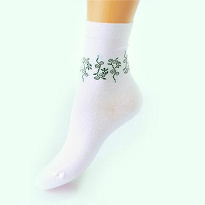 Носки женские Грация, цвет: белый. М 1014. Размер 38/40М 1014Женские носки Грация изготовлены из высококачественного сырья. Невесомый хлопок позволяет ногам дышать. Комфортная широкая резинка не сдавливает и комфортно облегает ногу. Обладают повышенной прочностью, благодаря усиленной пятке и мыску. На паголенке носки оформлены оригинальным узором.