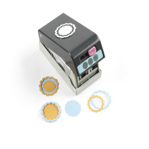 Фигурный дырокол EK Tools 3D: Гребешок. EKS-54-90010EKS-54-90010Фигурный дырокол 3D: Гребешок используется для создания объемного цветка 3D. Передвигая рычажок на дыроколе вырубаются три разных силуэта. Соедините их при помощи клеевых подушечек и получится объемный цветок. Прекрасно подойдет для оформления открыток (кардмейкинг) и страниц скрап-альбомов (скрапбукинг).Характеристики: Материал: пластик, металл. Общий размер дырокола: 13 см х 5,5 см х 5,5 см. Диаметр вырубаемой части: 3,8 см. Плотность бумаги: 120-160 г/м2 (не более 2 листов одновременно). Производитель: США.Рекомендуемый возраст: от 3 лет.