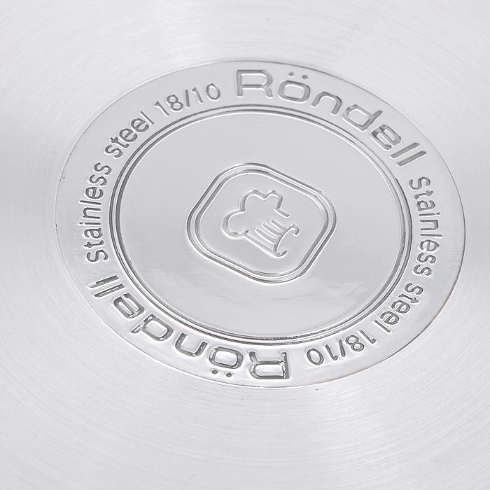 """Набор посуды Rondell """"Flamme"""" состоит из кастрюли с крышкой и ковша с крышкой.  Посуда изготовлена из высококачественной нержавеющей стали, что гарантирует безупречный внешний вид посуды, практичность и долговечность. Уникальный 2-х этапный метод технологии """"тройного"""" дна с вштампованным, а затем вплавленным алюминиевым диском позволяет равномерно распределять и значительно дольше сохранять тепло по стенкам и дну посуды, что предотвращает пригорание пищи и обеспечивает более быстрое приготовление блюд. Посуда продолжает готовить даже после выключения плиты!  Аккумуляция тепла при закрытой крышке создает замкнутый цикл парообразования, позволяя готовить в такой посуде без использования масла и воды или же с их минимальным количеством, что позволяет сохранить натуральный вкус продуктов.    Крышки, выполненные из термостойкого стекла, позволяют контролировать процесс приготовления без потери тепла. Оригинальный дизайн крышек позволяет вам сливать жидкость без дополнительных усилий, просто повернув крышку перфорированной стороной к изгибу стенок посуды   Вам не нужны прихватки: мягкие силиконовые ручки не нагреваются и не скользят, приятны на ощупь.  Плавный переход от дна посуды к ее стенкам - для вашего удобства при помешивании и мытье. Не требуют специального ухода и просты в использовании.   Комбинация зеркальной и матовой полировки придает посуде особо эстетичный внешний вид.   С отметками литража на внутренних стенках посуды вы легко сможете соблюдать пропорции рецептуры без применения дополнительных предметов.   Эргономичный дизайн и функциональность набора Rondell """"Flamme"""" позволят вам наслаждаться процессом приготовления любимых, полезных для здоровья блюд.    Изделия подходят для использования на всех видах плит, включая индукционные. Можно мыть в посудомоечной машине.   Характеристики:  Материал: нержавеющая сталь 18/10, стекло, силикон. Объем кастрюли: 3,2 л. Внутренний диаметр кастрюли: 20 см. Высота стенок кастрюли: 12 см. Диаметр основания кастрюли: 16,5 """