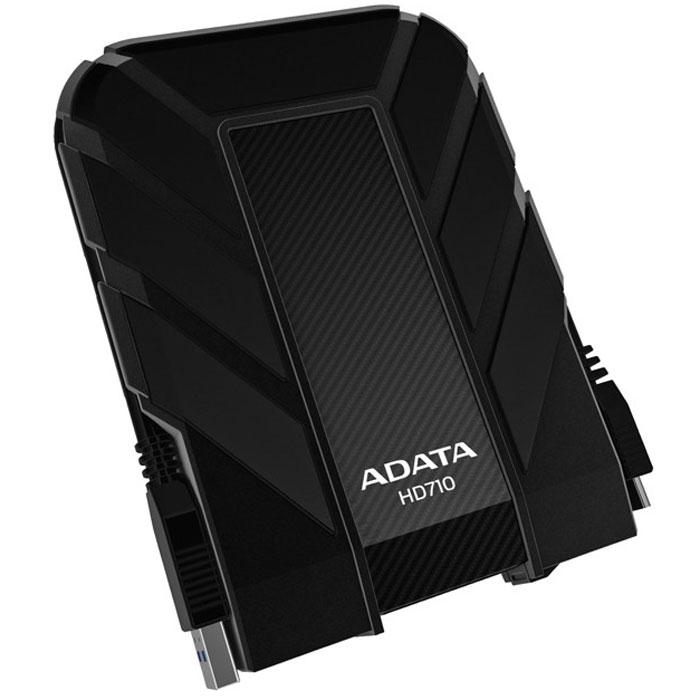 ADATA HD710 1TB USB3.0, Black внешний жесткий дискAHD710-1TU3-CBKВодонепроницаемый/ударопрочный внешний жесткий диск ADATA HD710.Внешний жесткий диск ADATA HD710 обеспечивает быстрый и надежный мобильный доступ к данным в упрочненном корпусе спортивного вида. Его корпус изготовлен из уникального силиконового материала, а сам накопитель имеет ударопрочную и водонепроницаемую (IPX7) конструкцию армейского класса со сверхскоростным интерфейсом USB 3.0. Его яркий внешний вид и динамичный дизайн в синем, желтом или черном цветовом исполнении соответствуют требованиям и стилю любителей спорта и прогулок на свежем воздухе.Больше не нужно бояться потерять ценные данные из-за пролитых напитков. Внешний жесткий диск ADATA HD710 успешно прошел строгое испытание по стандарту IEC 529 IPX7, согласно которому водонепроницаемость устройства подтверждается после его погружения в воду на метровую глубину на время до 30 минут. Кроме того, жесткий диск успешно прошел строгое испытание на ударопрочность по армейскому стандарту MIL-STD-810G 516.6. Данное устройство способно выдерживать самые жесткие условия, обеспечивая при этом невероятно высокую скорость передачи данных USB 3.0, которая требуется пользователям.USB-кабель прячется в специальный внешний паз вокруг корпуса диска, обеспечивающий элегантный способ его хранения в соответствии с высокопрактичными характеристиками устройства. Также внешний жесткий диск оснащен ярким светодиодным индикатором холодного голубого цвета, который просвечивает сквозь корпус, указывая состояние питания и передачи данных.Поддерживаемые ОС: Windows XP/Vista/7/8, Mac OS X 10.6 или более поздние версии, Linux Kernel 2.6 или более поздние версии.