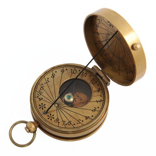 Kомпас медный Экспедиция Ватерлоо с солнечными часамиICT-08Медный компас Ватерлоо, украшенный солнечными часами — отличный подарок для приятелей и коллег. Стильный ручной компас верно укажет направление вашего пути, а солнечные часы помогут всегда быть в состоянии реального времени. Медный компас брелок – это незаменимый аксессуар для мужчины, в котором живет дух приключений и путешествий!