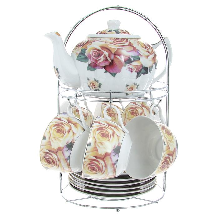 Набор чайный Lillo на подставке, 13 предметов. 213488213488Чайный набор Lillo состоит из шести чашек, шести блюдец и заварочного чайника. Предметы набора изготовлены из высококачественного фарфора и оформлены изображением роз. Все предметы располагаются на удобной металлической подставке с ручкой.Элегантный дизайн набора придется по вкусу и ценителям классики, и тем, кто предпочитает утонченность и изысканность. Он настроит на позитивный лад и подарит хорошее настроение с самого утра.Чайный набор Lillo идеально подойдет для сервировки стола и станет отличным подарком к любому празднику.Чайный набор упакован в красочную подарочную коробку из плотного картона.Характеристики:Материал: фарфор, металл. Объем чашки: 270 мл. Диаметр чашки по верхнему краю: 9,5 см. Высота чашки: 6 см. Диаметр блюдца: 15 см. Объем чайника: 1 л. Размер чайника (с учетом ручки и носика): 23 см х 15 см х 10 см. Размер подставки (Д х Ш х В): 18 см х 18 см х 31 см.