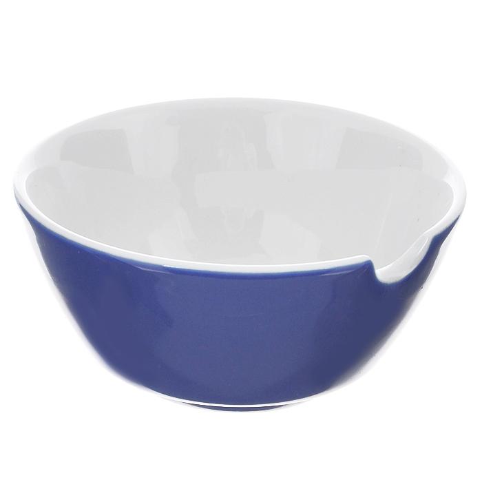 Соусник Brabantia, цвет: синий, диаметр 9,5 см620829Соусник Brabantia изготовлен из высококачественного фарфора. Внешние стенки - синего цвета, внутренние - белого цвета. Соусник оснащен специальной выемкой для ложечки. Прекрасно подойдет для красивой подачи соусов.Характеристики:Материал: фарфор. Цвет: синий, белый. Диаметр по верхнему краю: 9,5 см. Высота стенки: 4,5 см.Гарантия производителя: 5 лет.