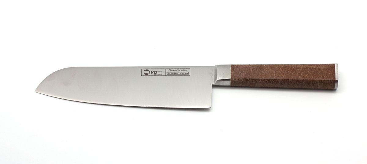 Нож Сантоку Ivo, длина лезвия 18 см. 33063.1833063.18Поварской кованый нож сантоку IVO Cork выполнен в традиционном японском стиле и идеально подходит для приготовления блюд японской кухни. Практичный и функциональный нож займет достойное место среди аксессуаров на вашей кухне. Немецкая молибден-ванадиевая сталь наделяет ножи износостойкостью и устойчивостью к внешним воздействиям, поэтому ножевые изделия Cork будут радовать своих обладателей безупречной работой долгие годы.