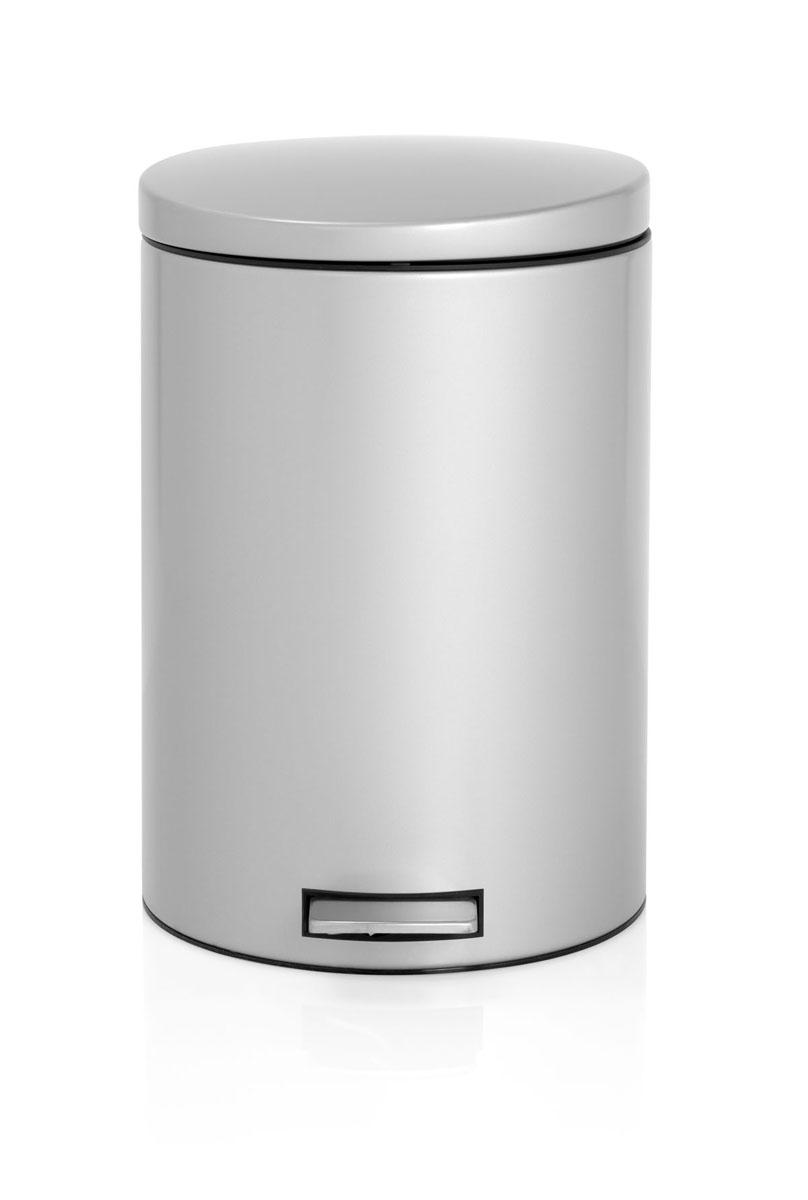 Бак мусорный Brabantia Бесшумный, с педалью, цвет: металлик, 20 л478307Элегантный и функциональный мусорный бак Brabantia с педалью на 20 л идеально подходит для использования на кухне и сортировки мусора. Предотвращает распространение запахов – прочная не пропускающая запахи металлическая крышка. Мягкий ход педали и бесшумное открытие/закрытие крышки. Надежный педальный механизм, высококачественные коррозионно-стойкие материалы. Удобный в использовании – при открывании вручную крышка фиксируется в открытом положении, закрывается нажатием педали. Идеальное решение для раздельного сбора мусора – съемное отдельное ведро для отходов, пригодных для компостирования (1,5л). Удобная очистка – съемное внутреннее пластиковое ведро. Бак удобно перемещать – прочная ручка для переноски. Отличная устойчивость даже на мокром и скользком полу – противоскользящее основание. Предохранение пола от повреждений – пластиковый защитный обод. Всегда опрятный вид – идеально подходящие по размеру мешки для мусора со стягивающей лентой (размер E). 10–летняя гарантия Brabantia