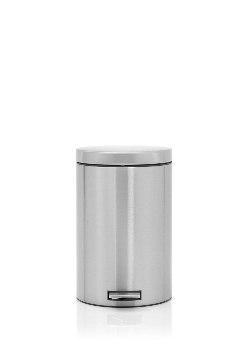 Бак мусорный Brabantia, с педалью, цвет: стальной матовый FPP, 20 л. 478406478406Элегантный и функциональный мусорный бак Brabantia с педалью на 20 л идеально подходит для использования на кухне и сортировки мусора. Предотвращает распространение запахов – прочная не пропускающая запахи металлическая крышка. Мягкий ход педали и бесшумное открытие/закрытие крышки. Надежный педальный механизм, высококачественные коррозионно-стойкие материалы. Удобный в использовании – при открывании вручную крышка фиксируется в открытом положении, закрывается нажатием педали. Идеальное решение для раздельного сбора мусора – съемное отдельное ведро для отходов, пригодных для компостирования (1,5л). Удобная очистка – съемное внутреннее пластиковое ведро. Бак удобно перемещать – прочная ручка для переноски. Отличная устойчивость даже на мокром и скользком полу – противоскользящее основание. Предохранение пола от повреждений – пластиковый защитный обод. Всегда опрятный вид – идеально подходящие по размеру мешки для мусора со стягивающей лентой (размер E). 10–летняя гарантия Brabantia