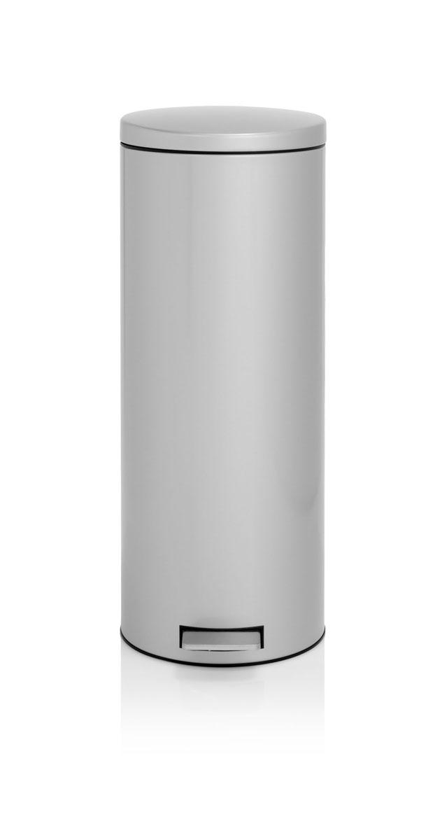 Бак мусорный Brabantia Бесшумный, высокий, с педалью, цвет: металлик, 20 л478529Элегантный и функциональный мусорный бак Brabantia с педалью на 20 л идеально подходит для использования на кухне и сортировки мусора. Предотвращает распространение запахов – прочная не пропускающая запахи металлическая крышка. Мягкий ход педали и бесшумное открытие/закрытие крышки. Надежный педальный механизм, высококачественные коррозионно-стойкие материалы. Удобный в использовании – при открывании вручную крышка фиксируется в открытом положении, закрывается нажатием педали. Идеальное решение для раздельного сбора мусора – съемное отдельное ведро для отходов, пригодных для компостирования (1,5л). Удобная очистка – съемное внутреннее пластиковое ведро. Бак удобно перемещать – прочная ручка для переноски. Отличная устойчивость даже на мокром и скользком полу – противоскользящее основание. Предохранение пола от повреждений – пластиковый защитный обод. Всегда опрятный вид – идеально подходящие по размеру мешки для мусора со стягивающей лентой (размер E). 10–летняя гарантия Brabantia