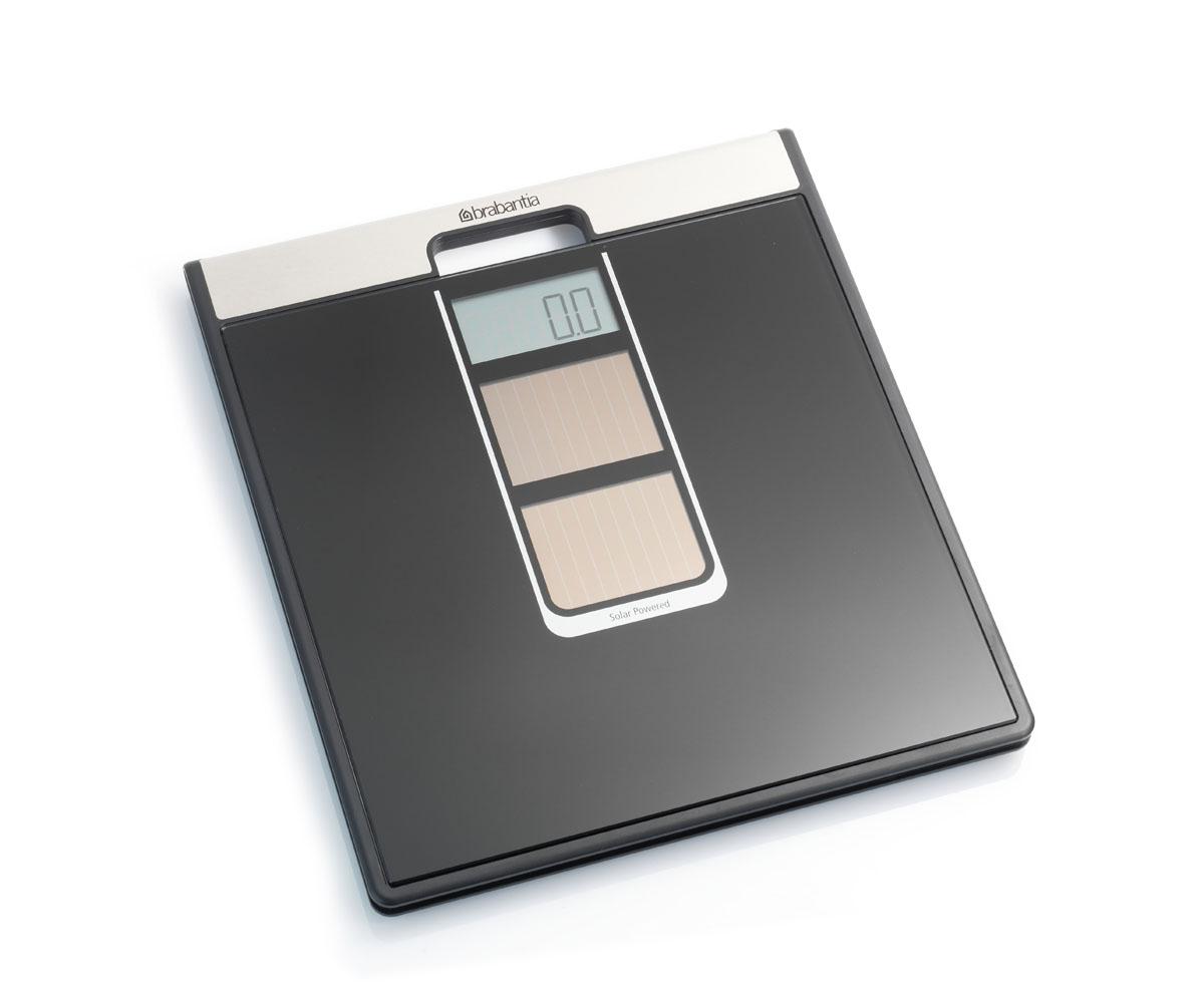 Весы для ванной комнаты Brabantia, на солнечных батареях, цвет: черный. 481109481109Великолепная точность в сочетании с элегантным современным дизайном. Идеальный помощник для тех, кто следит за своим весом, заботится о своем здоровье и здоровье окружающей среды. Два солнечных элемента обеспечивают быстрое включение от солнечного или искусственного света. Особенности: Весы имеют встроенную ручку и удобны в переноске; Цифровая система, обеспечивающая высокую точность измерений, дискретность шкалы – 0,1 кг; Весы имеют широкую платформу и удобны в использовании; Большой предел взвешивания (макс 160 кг); Отличная устойчивость – прочные защитные противоскользящие колпачки; 5 лет гарантии Brabantia.