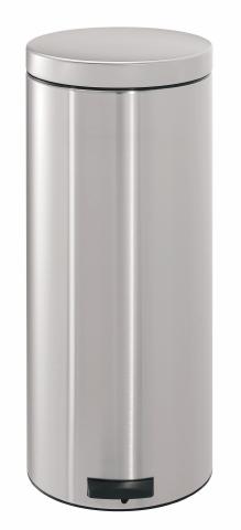 Бак мусорный Brabantia Классический, с педалью, цвет: матовая сталь, 30 л330865Педальный бак Brabantia на 30 л поистине универсален и идеально подходит для использования на кухне или в гостиной. Предотвращает распространение запахов – прочная не пропускающая запахи металлическая крышка. Плавное и бесшумное открывание/закрывание крышки. Надежный педальный механизм, высококачественные коррозионно-стойкие материалы. Удобный в использовании – при открывании вручную крышка фиксируется в открытом положении, закрывается нажатием педали. Удобная очистка – съемное внутреннее ведро из пластика. Бак удобно перемещать – прочная ручка для переноски. Предохранение пола от повреждений – пластиковый защитный обод. Всегда опрятный вид – идеально подходящие по размеру мешки для мусора со стягивающей лентой (размер G). 10-летняя гарантия Brabantia.