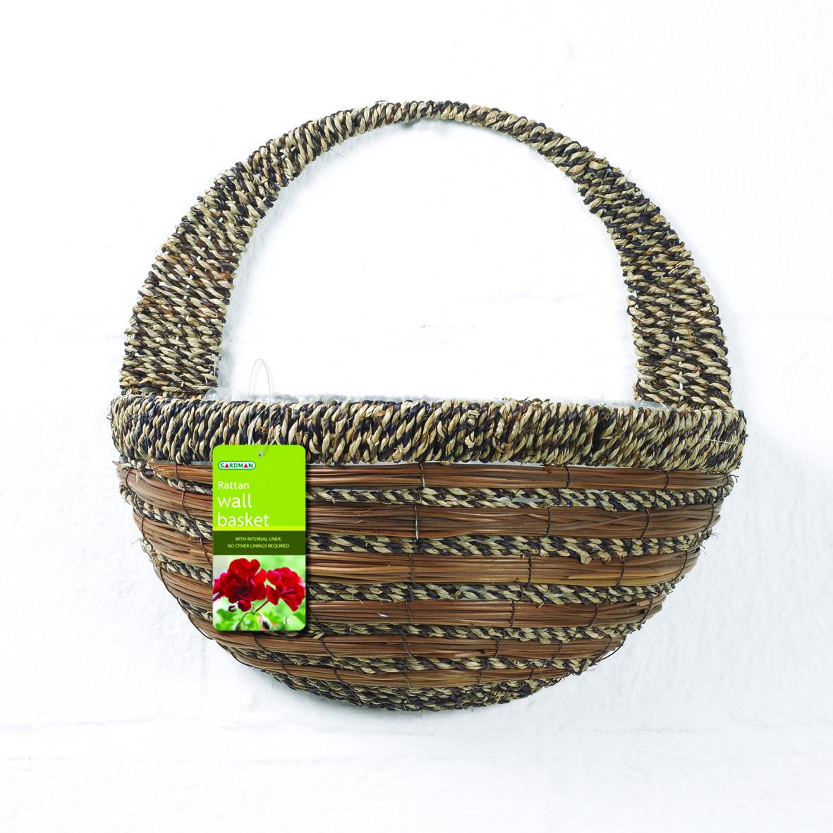 Кашпо настенное Gardman, 40 см х 20 см х 19 см. 0278002780Настенное кашпо Gardman выполнено в виде плетеной корзинки из сизалевого волокна. Каркас изготовлен из металла. Корзина уже оснащена специальной пленкой и полностью готова для посадки растений. Прекрасно подходит для цветов.Кашпо часто становятся последним штрихом, который совершенно изменяет интерьер помещения или ландшафтный дизайн сада. Благодаря такому кашпо вы сможете украсить вашу комнату, офис или сад. Характеристики: Материал: металл, сизаль. Размер углубления для посадки (ДхШхВ): 40 см х 20 см х 19 см. Общий размер кашпо (ДхШхВ): 40 см х 22 см х 40 см. Товары для садоводства от Gardman - это вещи, сделанные с любовью, с истинно английской практичностью, основанной на глубоких традициях садоводства Великобритании. Эти товары широко известны садоводам Европы, США, Канады и Японии. Демократичные цены и продуманный ассортимент Gardman завоевал признательность и российского покупателя, достойного хороших, качественных вещей. В ассортименте Gardman есть практически все, что нужно современному садоводу - от совочка для рассады до предметов декора и ландшафтного дизайна.