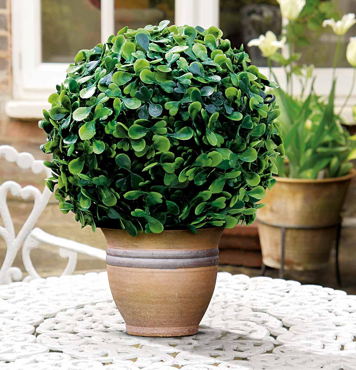 Искусственное растение Gardman Topiary Ball. Самшит, цвет: зеленый, диаметр 15 см02819Искусственное растение Gardman Topiary Ball выполнено из пластика в виде шара. Листья растения зеленого цвета имитируют самшит. Вы можете поместить растение в горшок, где оно будет очень эффектно смотреться. Растение устойчиво к воздействиям внешней среды, таким как влажность, солнце, перепады температуры, не выцветает со временем. Искусственное растение Gardman Topiary Ball великолепно украсит интерьер офиса, дома или сада.Характеристики:Материал: пластик. Цвет: зеленый. Диаметр шара: 15 см.