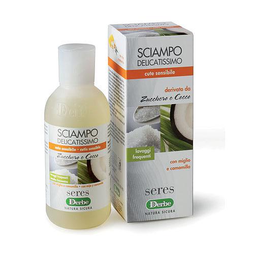 Derbe Шампунь Сахар и кокос для тонких волос, 200 мл81446425Нежно очищающий шампунь для тонких волос и чувствительной кожи головы,успокаивает и нормализует кожу головы. Подходит для частого использования. Назначение: эффективное очищение и уход для тонких волос и чувствительной кожи головы. Эффекты: обеспечивает очищение кожи, не нарушая гидролипидную мантию и не вызывая раздражение. Очищает и увлажняет кожу головы, придает волосам здоровый блеск и чистоту. Экстракт ромашки обладает смягчающим и успокаивающим свойствами. Шампунь очищает волосы и кожу головы, не нарушая естественный водно-жировой баланс. Эфирное масло ромашки обладает бактерицидными, противовоспалительными, тонизирующими, ранозаживляющими свойствами. Оно губительно действует на целый ряд болезнетворных бактерий. Экстракт проса богат аминокислотами, витаминами (А, В1, В5, РР, пантотеновая кислота), минералами (Р, Mg, F, Mn, Si), которые играют ключевую роль в поддержании нормальных обменных процессов в коже и волосяных луковицах.Просяной экстракт позволяет значительно улучшить состояние кожи и волос, устранить сухость, восстановить кожу, сохранить в ней влагу, предупредить выпадение волос. Не содержит глютен, PEG и минеральных масел. Способ применения: нанести шампунь на влажные волосы, нежно массажируя до появления мягкой, сливочной пены. Тщательно промыть теплой водой. Характеристики:Объем: 200 мл. Товар сертифицирован.