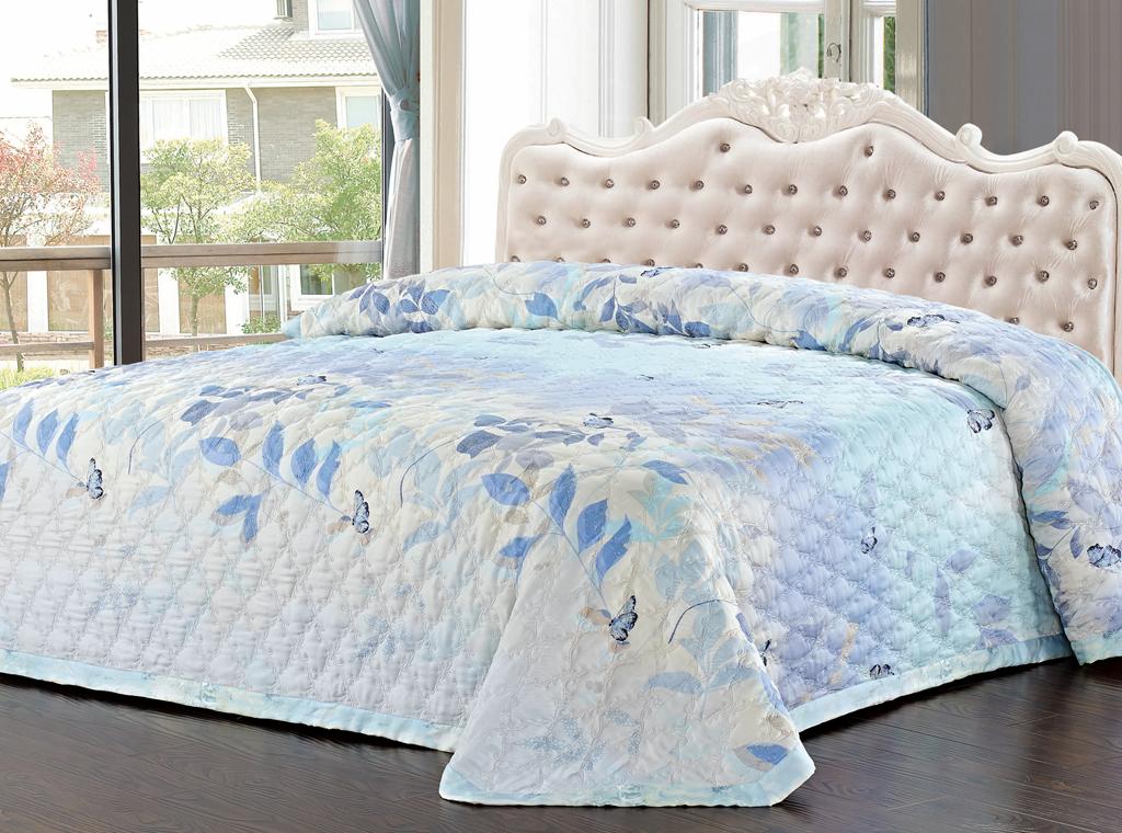 Покрывало стеганое SL, цвет: голубой, 220 х 240 см 0937809378Роскошное покрывало SL, украшенное фигурной стежкой, выполнено из модала и оформлено нежным цветочным рисунком. Покрывало согреет в прохладную погоду и превосходно дополнит интерьер вашей спальни. Модал - это 100% натуральная ткань. Она получена путем переработки распущенной целлюлозы, сырьем для которой служит древесина бука. Благодаря новым методам обработки эта ткань более стойкая, прочная и шелковистая. После стирки модал остается мягким, гибким и быстро сушится.Благодаря великолепной подарочной коробке с сюжетами картин эпохи Возрождения, данное покрывало станет прекрасным подарком к любому случаю. Характеристики:Материал: 100% модал. Цвет: голубой. Размер покрывала: 220 см х 240 см. Soft Line - мягкая эстетика для вас и вашего дома! Основанная в 1997 году, компания Soft Line является путеводителем по мягкому миру текстиля, полному удивительных достопримечательностей!Высочайшее качество тканей в сочетании с эксклюзивным дизайном и изысканными отделками неизменно привлекают как требовательно покупателя, так и взысканного профессионала!Компания Soft Line предлагает широчайший ассортимент высококачественной продукции разных стилей и направлений. Это и постельное белье из тканей различных фактур и орнаментов, а также уютные пледы, покрывала, стильные пляжные наборы, очаровательные комплекты для маленьких эстетов, воздушные банные халаты для их родителей, текстиль для гостиниц и домов отдыха, удобные матрасы и практичные наматрасники, изысканные шторы и разнообразное столовое белье.
