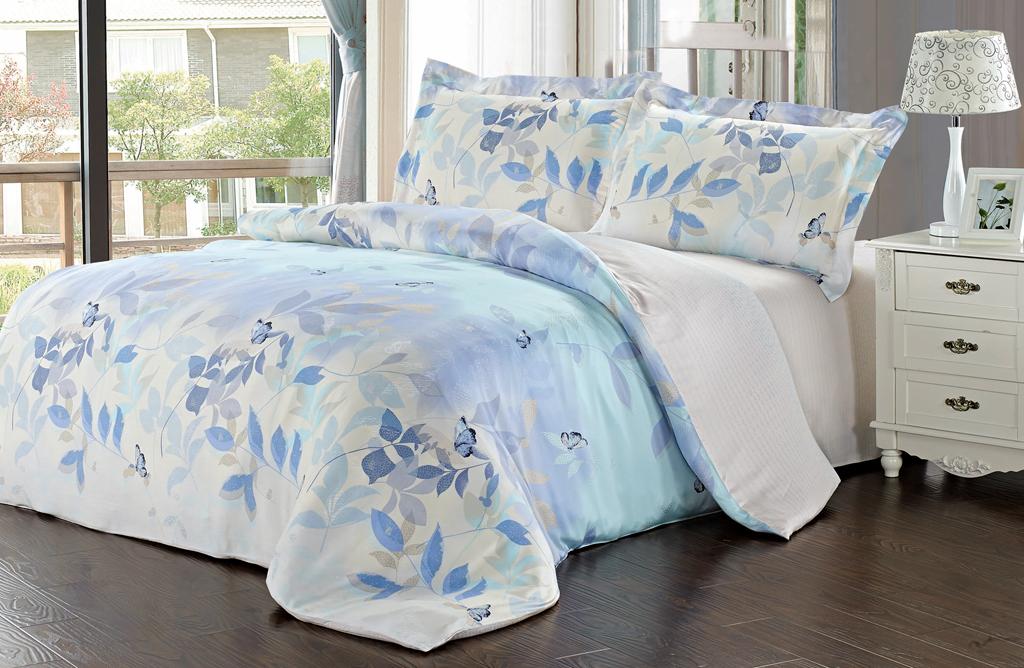 """Роскошный комплект постельного белья """"SL"""" выполнен из модала и оформлен нежным цветочным рисунком. Комплект состоит из пододеяльника, простыни и двух наволочек. Постельное белье """"SL"""" подобно облаку сочетает в себе плотность цвета и безграничную нежность фактуры. Это белье обладает волшебной практичностью, а потому оказываться на седьмом небе станет вашим привычным занятием.  Доверьте заботу о качестве вашего сна высококачественному натуральному материалу.Модал - это 100% натуральная ткань. Она получена путем переработки распущенной целлюлозы, сырьем для которой служит древесина бука. Благодаря новым методам обработки эта ткань более стойкая, прочная и шелковистая. После стирки модал остается мягким, гибким и быстро сушится.  Комплект упакован в подарочную картонную коробку, украшенную сюжетами по мотивам картин эпохи Возрождения.   Характеристики: Материал: 100% модал. Цвет: белый, голубой. В комплект входят: Пододеяльник - 1 шт. Размер: 200 см х 220 см. Простыня - 1 шт. Размер: 230 см х 260 см. Наволочка - 2 шт. Размер: 50 см х 70 см. """"Soft Line"""" - мягкая эстетика для вас и вашего дома! Основанная в 1997 году, компания """"Soft Line"""" является путеводителем по мягкому миру текстиля, полному удивительных достопримечательностей!Высочайшее качество тканей в сочетании с эксклюзивным дизайном и изысканными отделками неизменно привлекают как требовательно покупателя, так и взысканного профессионала!Компания """"Soft Line"""" предлагает широчайший ассортимент высококачественной продукции разных стилей и направлений. Это и постельное белье из тканей различных фактур и орнаментов, а также уютные пледы, покрывала, стильные пляжные наборы, очаровательные комплекты для маленьких эстетов, воздушные банные халаты для их родителей, текстиль для гостиниц и домов отдыха, удобные матрасы и практичные наматрасники, изысканные шторы и разнообразное столовое белье. УВАЖАЕМЫЕ КЛИЕНТЫ! Обращаем ваше внимание, на тот факт, что изображенный на фотографии комплект постельного белья служит для демонст"""