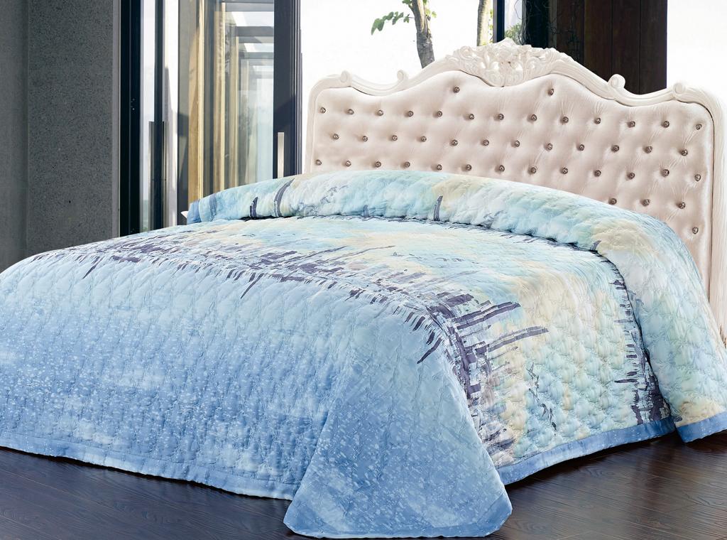 """Роскошное покрывало """"SL"""", украшенное фигурной стежкой, выполнено из модала и оформлено красочным рисунком. Покрывало согреет в прохладную погоду и превосходно дополнит интерьер вашей спальни. Модал - это 100% натуральная ткань. Она получена путем переработки распущенной целлюлозы, сырьем для которой служит древесина бука. Благодаря новым методам обработки эта ткань более стойкая, прочная и шелковистая. После стирки модал остается мягким, гибким и быстро сушится. Благодаря великолепной подарочной коробке с сюжетами картин эпохи Возрождения, данное покрывало станет прекрасным подарком к любому случаю.   Характеристики:Материал: 100% модал. Цвет: голубой. Размер покрывала: 220 см х 240 см. """"Soft Line"""" - мягкая эстетика для вас и вашего дома! Основанная в 1997 году, компания """"Soft Line"""" является путеводителем по мягкому миру текстиля, полному удивительных достопримечательностей!Высочайшее качество тканей в сочетании с эксклюзивным дизайном и изысканными отделками неизменно привлекают как требовательно покупателя, так и взысканного профессионала!Компания """"Soft Line"""" предлагает широчайший ассортимент высококачественной продукции разных стилей и направлений. Это и постельное белье из тканей различных фактур и орнаментов, а также уютные пледы, покрывала, стильные пляжные наборы, очаровательные комплекты для маленьких эстетов, воздушные банные халаты для их родителей, текстиль для гостиниц и домов отдыха, удобные матрасы и практичные наматрасники, изысканные шторы и разнообразное столовое белье."""