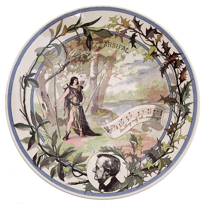 Декоративная тарелка с портретом Рихарда Вагнера  иллюстрацией  опере Parsifal. Фаянс, деколь. Фабрика Utzschneider & Co, Сааргемюнд, Германия, 1875-1900 гг.
