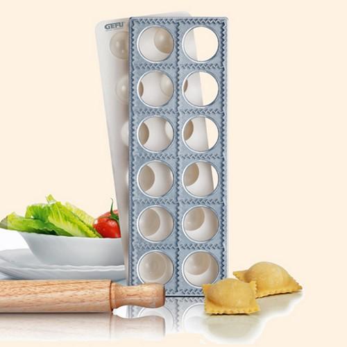 Набор для равиоли Gefu, 3 предмета. 2844028440Набор для равиоли Gefu состоит из алюминиевой формы с 12 квадратными ячейками, пластиковой вставки и деревянной скалки. Набор служит для приготовления итальянских пельменей (равиоли). Поместите лист теста на посыпанную мукой форму и наложите сверху пластмассовую вставку для формирования лунок в тесте. Наполните каждую лунку начинкой, смажьте края яичной или молочной смесью и накройте другим листом теста. Слегка надавливая, пройдите скалкой по тесту и переверните конструкцию. 12 кармашков с начинкой легко отделятся. Предметы набора можно мыть в посудомоечной машине (за исключением скалки). Характеристики:Материал:алюминий, пластик, дерево. Размер формы:30 см х 10,5 см х 2 см. Размер ячейки:4,5 см х 4,5 см. Количество ячеек:12 шт. Размер вставки:30 см х 10,7 см х 1,8 см. Длина скалки:24 см. Диаметр скалки:2,5 см. Размер упаковки:31 см х 14 см х 3 см. Производитель: Германия. Артикул: 28440.