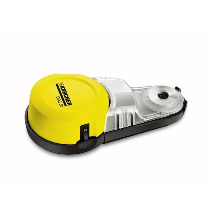 Karcher DDC 50 1.679-100.0 пылеуловитель1.679-100.0Сверлить без пыли и, как следствие, без дополнительной уборки, стало возможно. Бытовой пылеуловитель Karcher DDC 50 надежно крепится к стене и эффективно улавливает пыль прямо в том месте, где она образуется.Очень прост в использовании:Пылеуловитель нужно всего лишь поднести к стене, включить - и можно сверлить отверстие. Благодаря вакуумному присосу, которым оснащен аппарат, он надежно крепится к любой поверхности. Вся пыль будет скапливаться в специальном бачке пылеуловителя.Функционален:Пылеуловитель для дома можно использовать совместно с любыми инструментами со сверлами диаметром не более 10 мм. Наличие двух видов источника питания: батарейки 1,5 В и аккумулятора - позволяет оператору выбрать наиболее удобный вариант в зависимости от поставленной задачи.Производителен:Вместимость мусоросборника бытовых пылеуловителей около 23 кубических сантиметров. Это позволяет высверлить около 10 отверстий диаметром 6 мм.Удобен:Защитный колпачок, который идет в комплекте с пылеуловителем, позволяет подвешивать его на стену. Это позволяет освободить обе руки оператора для надежного удержания инструмента. Компактные размеры бытового пылеуловителя (160 x 80 x 40 мм) и легкий вес (236 г) значительно облегчат вашу работу.
