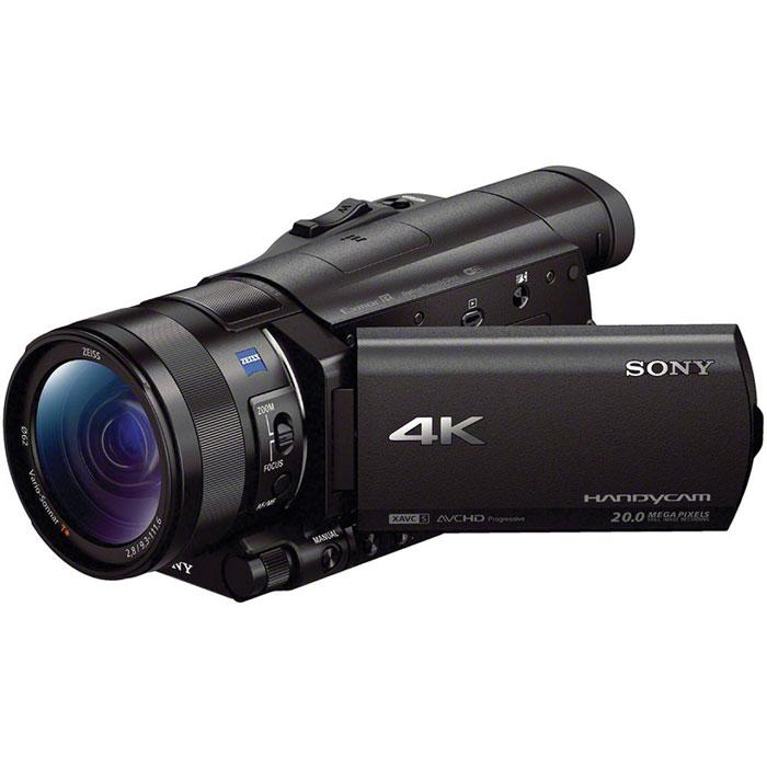 Sony FDR-AX100E 4K, Black цифровая видеокамераFDRAX100EB.CEEКамера Sony FDR-AX100 поддерживает разрешение 4K (3840 x 2160) - формат, разрешение которого в четырераза больше, чем у Full HD. Благодаря этому становится возможным запечатление мельчайших деталей длянепревзойденной реалистичности.Широкоугольный объектив ZEISS Vario-Sonnar T* 29 мм:Объектив ZEISS оптимизирован для съемки в 4K. Идеально подходит для роскошных пейзажей, оснащен 12- кратным оптическим зумом и 24-кратным зумом Clear Image для широких возможностей самовыражения.Резкость сохраняется даже по краям кадра благодаря группам элементов 11/17 и асферическим инизкодисперсионным линзам.Матрица Exmor R CMOS:Видеокамера FDR-AX100 оснащена большой матрицей Exmor R CMOS со светочувствительным элементомплощадью примерно в 4,9 раз больше, чем у матриц типа 1/2.88. Новая матрица для большей четкости, сниженияшума даже в условиях низкой освещенности и дополнительной выразительности изображений благодаряэффекту размытия фона.Процессор изображений BIONZ X:Процессор изображений BIONZ X использует усовершенствованную технологию предыдущего поколенияпроцессоров BIONZ для более точной и реалистичной цветопередачи, высокого качества и разрешенияизображения. В эту модель камеры Handycam добавлено несколько новых функций, которые используютвозможности ускоренной обработки изображений. Новые функции включают в себя: Попиксельноесуперразрешение, Режим съемки в движении, Оптический стабилизатор SteadyShot и Функция двойнойвидеозаписи.Поддержка высокоскоростной передачи данных HD:Формат XAVC S используется для записи видео 4K/HD и разработан на основе профессионального форматазаписи видео XAVC 4K/HD. Поддержка формата HD 50 Мбит/с, что позволяет пользователям записывать видео ввысоком разрешении даже для быстродвижущихся объектов. При использовании устройств и программногообеспечения для воспроизведения формата MP4 не гарантируется просмотр всех данных для всех режимов.Встроенные фильтры ND:Возможность выбора фильтров: чисты