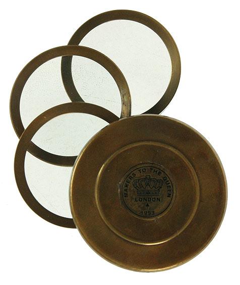Сувенир настольный Лупа. 3581335813Настольный сувенир стилизован под старинную стеклянную лупу в латунном корпусе. Корпус бронзового цвета с эффектом состаривания придает прибору изысканность. Сувенир оснащен тремя лупами с поворотным механизмом и после использования они задвигаются в корпус. Такой сувенир станет прекрасным подарком человеку, любящему красивые, но в тоже время практичные вещи, способные украсить интерьер офиса или дома.Характеристики: Материал: металл (латунь), стекло.Размер в собранном виде (ДхШхВ): 7 см х 7 см х 4 см.Диаметр стекла лупы: 4,8 см.Кратность увеличения: 3.