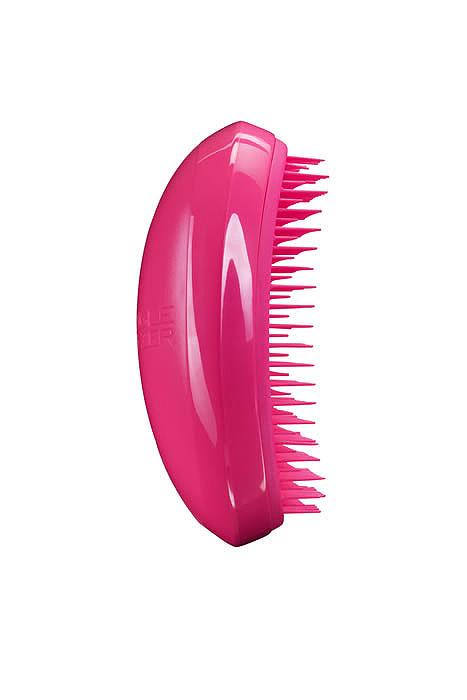 Tangle Teezer Расческа для волос Salon Elite. Dolly PinkSE-PP-010112Профессиональная распутывающая расческа Tangle Teezer Salon Elite идеально подходит для всех типов волос. Оригинальная форма зубчиков обеспечивает двойное действие и позволяет быстро и безболезненно расчесать влажные и сухие волосы. Благодаря эргономичному дизайну расческу удобно держать в руках, не опасаясь выскальзывания.Цвет: розовый.Товар сертифицирован.