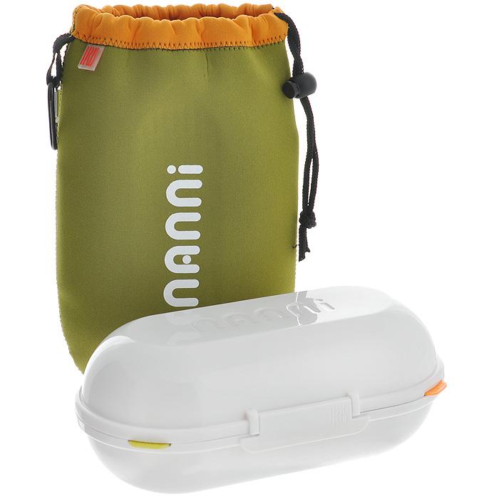 Ланчбокс Iris Barcelona Nanni, с контейнерами и приборами, цвет: зеленый8418-PЛанчбокс Iris Barcelona Nanni представляет собой пластиковый контейнер с двумя отделениями. Отделения плотно закрываются разноцветными крышками с силиконовыми вставками, что дольше сохраняет еду свежей. Внутри имеется специальная выемка для столовых приборов (ложка, вилка, нож), выполненных из пластика белого цвета. Контейнер закрывается на защелку. Контейнер помещается в неопреновую сумочку зеленого цвета, затягивающуюся на шнурок. С задней стороны сумки имеется вкладыш для записи имени, адреса и телефона. Сбоку расположена петелька с карабином, за которую ланчбокс можно подвесить к рюкзаку или багажу. Никто даже не догадается, если вы того не захотите, что у вас с собой обед! Такой ланчбокс пригодится где угодно: его можно взять с собой на работу, учебу, прогулку или в поездку. Компактный, но в тоже время функциональный контейнер вместит обед из двух блюд. Он сохранит еду свежей и вкусной, а компактный размер не займет много места в сумке или багаже.Характеристики: Материал: неопрен (100% полиэстер), пластик. Цвет: зеленый. Объем отделения: 0,7 л. Размер контейнера (ДхШхВ): 11 см х 22 см х 8 см. Длина вилки/ложки: 14,5 см. Длина ножа: 15 см. Размер сумки (ДхШхВ): 17 см х 26 см х 3 см.