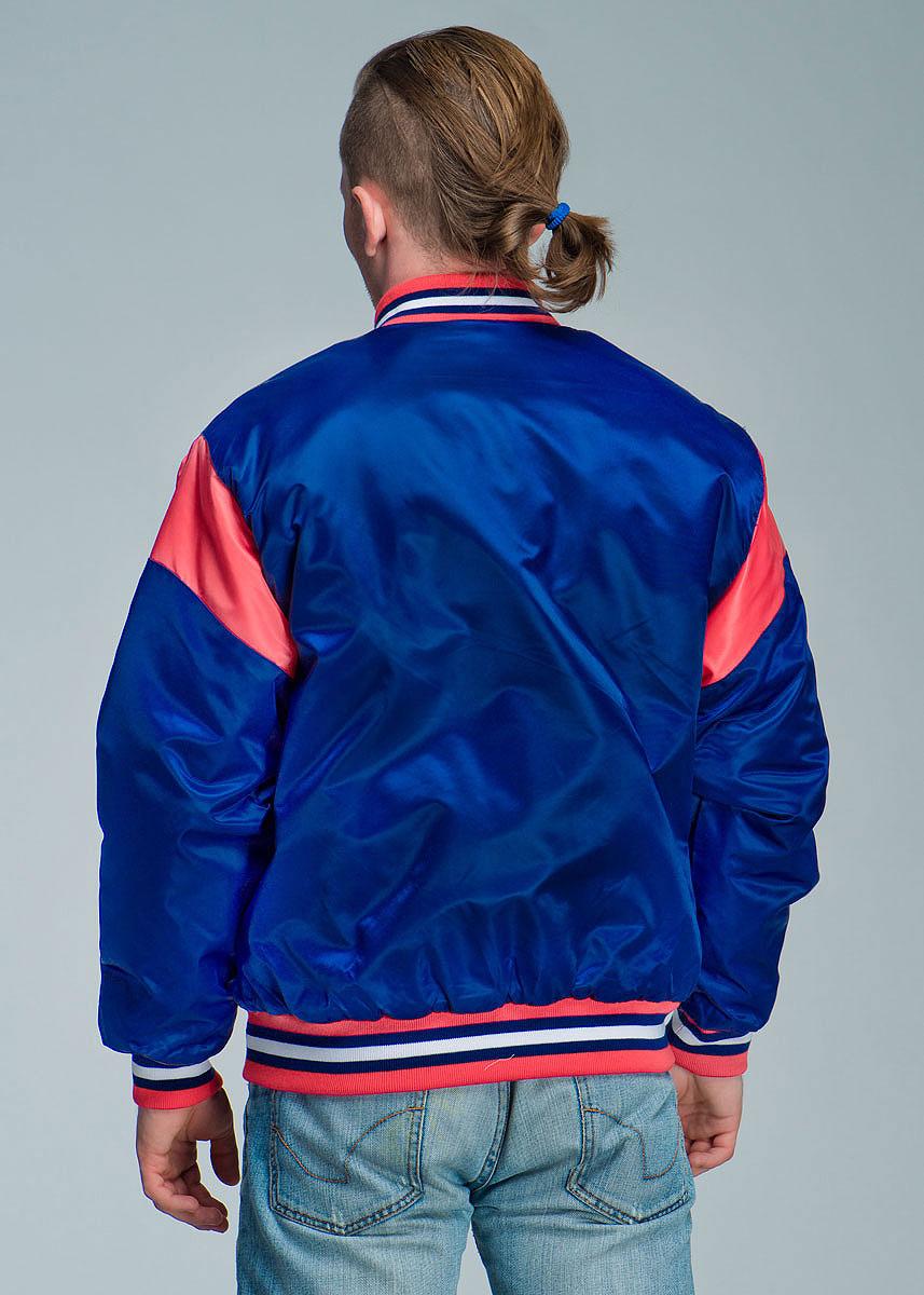 Спортивная мужская куртка Atributika & Club подчеркнет вашу индивидуальность.  Модель с воротником-стойкой застегивается на металлические кнопки. Спереди куртка дополнена двумя прорезными карманами, застегивающимися на кнопки. Ворот куртки, манжеты рукавов и низ изделия дополнены эластичной трикотажной резинкой, которая препятствует проникновению холодного воздуха.  Имеются два внутренних прорезных кармана для документов. Модель оформлена контрастными вставками, цветными полосами на резинках и вышивкой на груди в виде логотипа КХЛ.  Такая куртка станет прекрасным дополнением к гардеробу хоккейного болельщика!