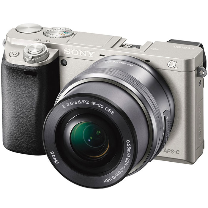 Sony Alpha A6000 Kit 16-50 mm, Silver цифровая фотокамераILCE6000LS.CECSony Alpha A6000 - фотокамера со сменными объективами объединяет в себе сильные стороны фазового иконтрастного автофокуса.Технология 4D FOCUS обеспечивает непревзойденную работу системы автофокуса в четырех измерениях:широкая зона охвата (2 измерения по горизонтали и вертикали), скорость работы автофокуса (3-е измерение,глубина) и следящий автофокус с упреждением (4-е измерение, время). Система автофокуса камеры A6000работает быстрее, чем на цифровых зеркальных камерах, а потому вы не упустите ни единого момента. Теперьвы также можете подобрать цвет камеры под свой индивидуальный стиль. Скорость 0,06 секунды гарантируетполучение идеальных снимков в любых условиях: на семейных событиях, спортивных мероприятиях или наприроде.Качественная матрицаСекрет очень прост — чем крупнее матрица, тем крупнее формат изображения. Камера ?6000 превосходитмногие модели в своей категории: матрица типа APS-C в 1,6 раза крупнее матриц типа 4/3 и в 13 раз — матрицтипа 1/2.3 обычных компактных цифровых камер. В результате каждый снимок удивляет поразительнымкачеством. Новый процессор работает в 3 раза быстрее предыдущих моделей. BIONZ X точно захватываеттекстуры, уменьшает размытие деталей и даже устраняет шум в конкретных областях для создания четких фото-и видеоизображений. Необычайно высокий диапазон ISO позволяет делать естественные и детальные снимкипри низком освещении или при съемке в помещении без вспышки.Кинематографическая съемкаБлагодаря разрешению Full 1080 HD 60p или 24p вам доступна художественная видеосъемка движения «как накинопленке». Автофокусировка по глазам и функция фиксации позволяют камере самостоятельнонастраивать фокусировку, что дает вам возможность сосредоточиться на содержании сцены. «Заморозьте»объект съемки на скорости 11 кадров/с и получите эффектные кадры нужных моментов.OLED Tru-Finder — профессиональный инструмент A6000, обрабатывающий большие объемы данных в реальномвремени. Экспозиц
